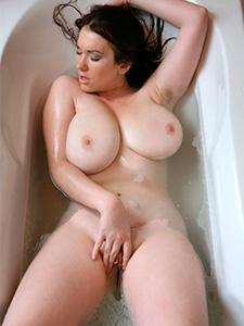 Голые женщины принимают ванну