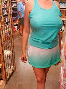 Дама ходит по магазинам без лифчика