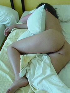 Зрелая дама спит обнаженной