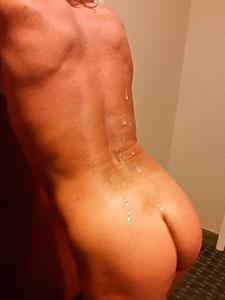 Спина зрелой бабенки в сперме