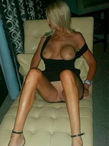 Блонда задрала черное платье на кушетке