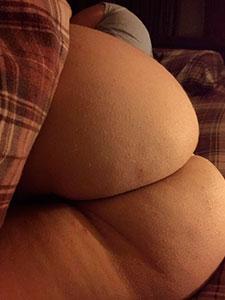 Голые жопы толстушек на кровати