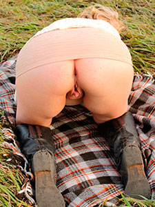 Жена оголила толстую задницу на пикнике