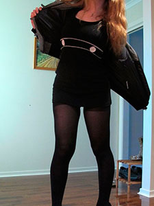 Голая грудастая девушка в черных колготках