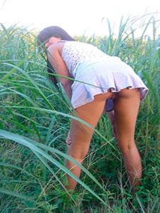 Частные фото под юбкой у девушки без трусиков