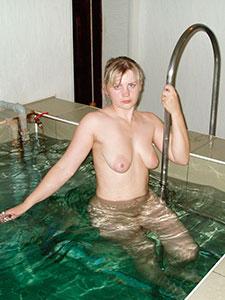 Русская девка с большими сосками в бассейне
