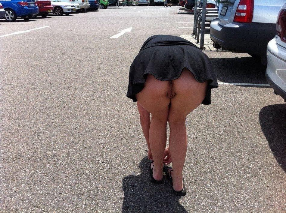 под юбками видно попку