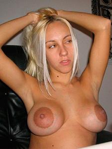 Голая блондинка с огромными ареолами сосков