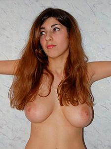 Стройная русская девушка с большими сиськами и небритой писькой