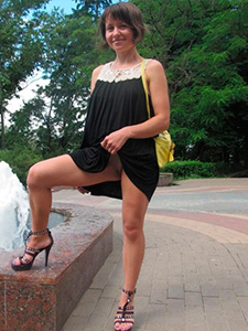 Зрелая дама без трусиков задирает юбку