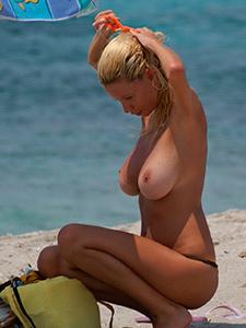 Фото больших голых сисек на пляже
