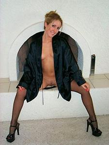 Сексуальная мамка в черных стрингах и черных трусиках